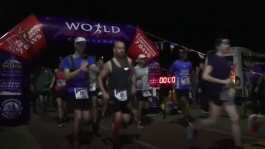 Un grup d'atletes corre 7 maratons en set continents durant set dies consecutius