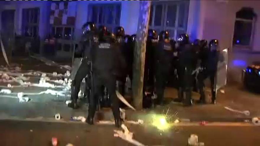 Tercera noche de disturbios y choques entre Mossos y radicales en Barcelona