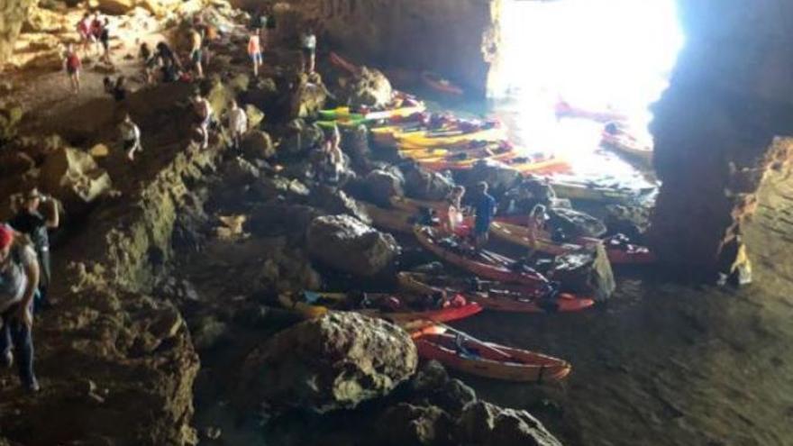 Invasión de kayaks en la Cova Tallada antes de iniciarse el control de acceso