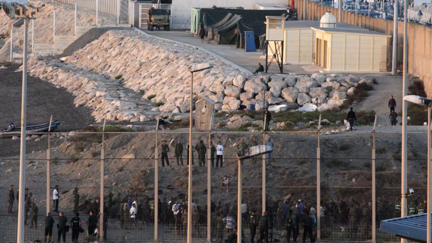 Seis inmigrantes desembarcan en la costa de Ceuta, y otros dos saltan la valla utilizando ganchos