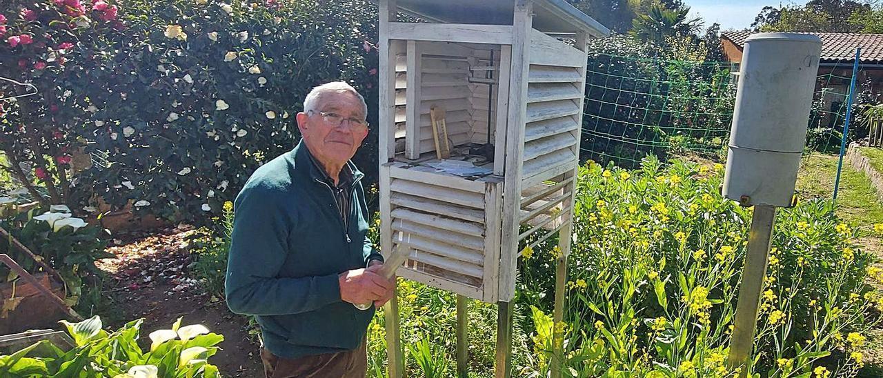 Antonio Rivero junto a la estación meteorológica ubicada en la finca de su casa.   | // D.P.
