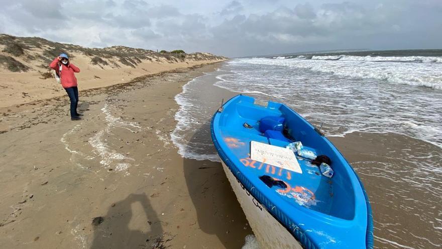 Aparece una patera en la playa de La Marina