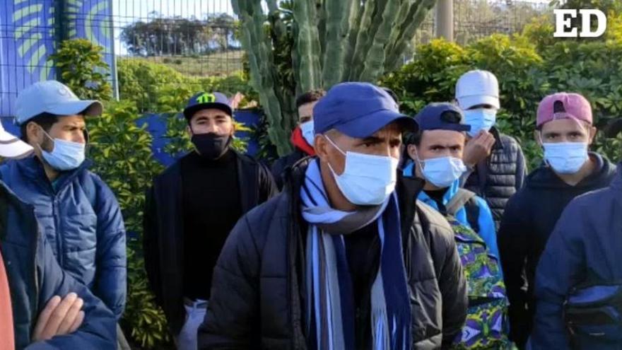 Los migrantes se quejan de las duras condiciones en el campamento de Las Raíces