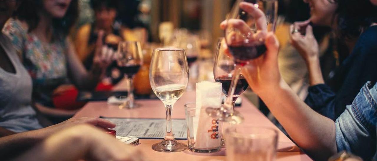 Un grupo de personas, cenando en un restaurante.