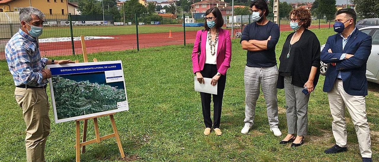 Por la izquierda, Nieves Roqueñí, Enrique Riestra, Marián García de la Llana y Juan Carlos Armas atienden a las explicaciones del técnico sobre el proyecto. | M. V.