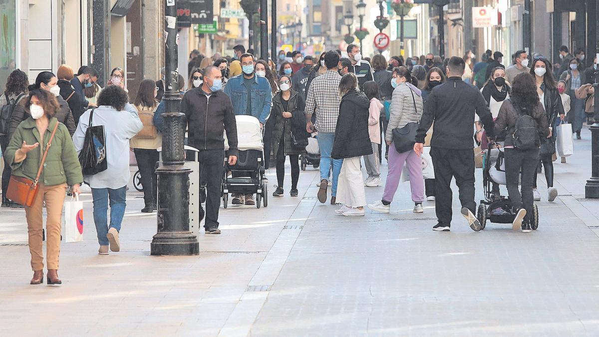 Decenas de personas caminan por el centro de Castelló en una imagen reciente