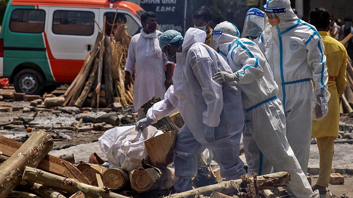 Preparativos para incinerar al aire libre a un fallecido por coronavirus en La India.