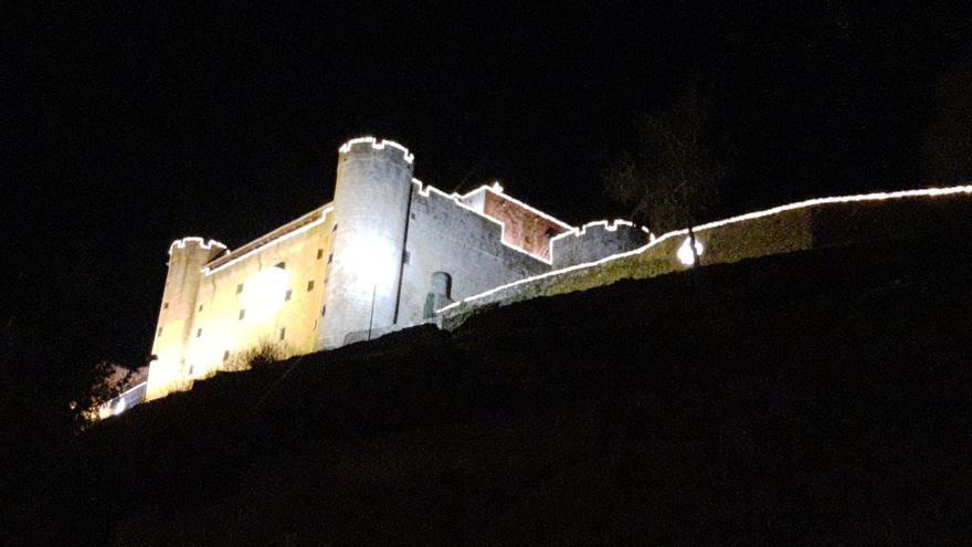 ...Y así luce encendido el Castillo de Puebla de Sanabria