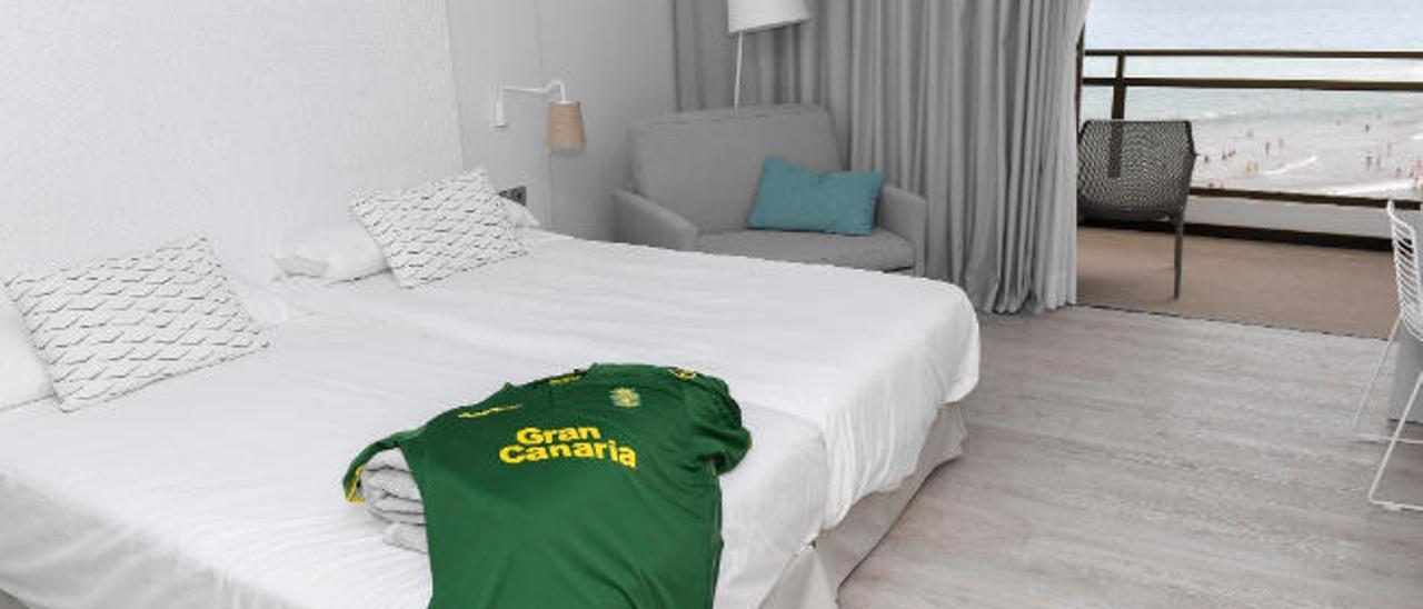 Imagen del interior de una habitación del Dunas Don Gregory, durante el 'stage' de pretemporada de 2018. En la cama, la equipación legionaria de la UD.