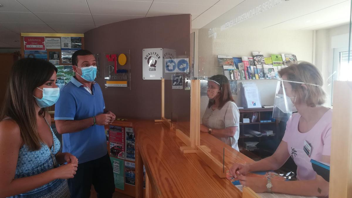 Imagen de una de las visitas de los responsables del Ayuntamiento a una oficina de turismo.