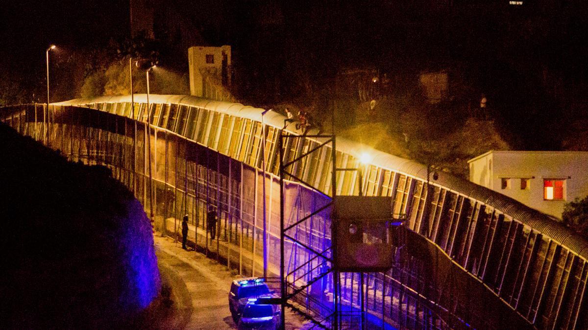 Un grupo de migrantes trata de saltar la valla de Melilla