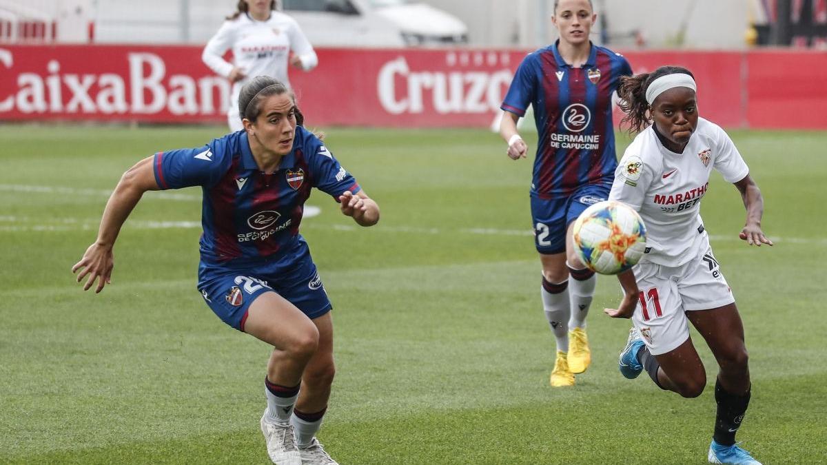 Rocío Gálvez, a la izquierda, persigue a una rival.