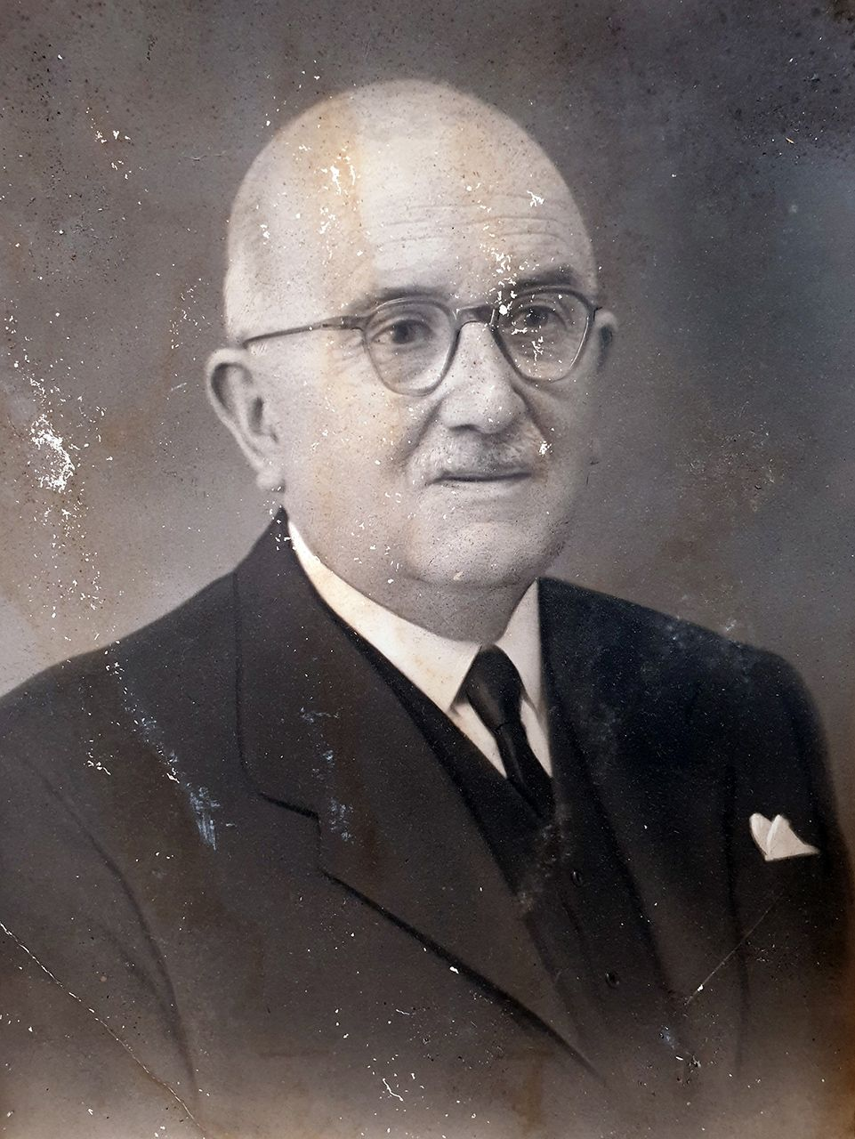 Hermenegildo Alfageme Fernández, hijo del fundador Bernardo Alfageme, fue quien abrió en Vigo en 1915 la fábrica de la empresa.jpg