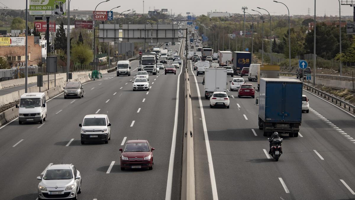 Tráfico de coches en la autovía del Sur o A-4, antiguamente llamada autovía de Andalucía.