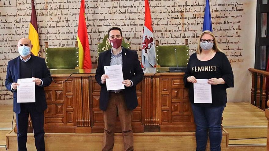 La Junta pro Semana Santa y la asociación musical Maestro Lupi renuevan sus convenios con el Ayuntamiento de Benavente