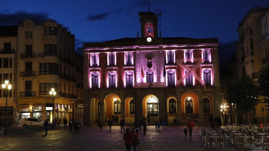 La fachada del Ayuntamiento de Zamora, en rosa por el síndrome de Turner
