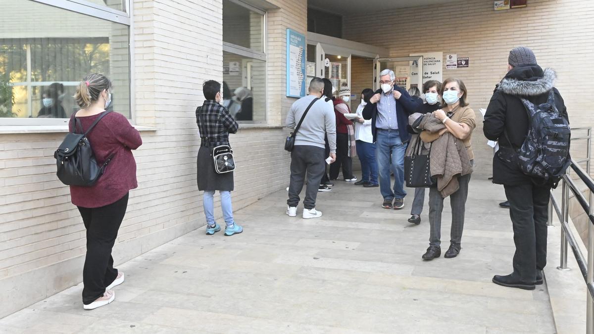 Colas en un centro de salud de Castelló