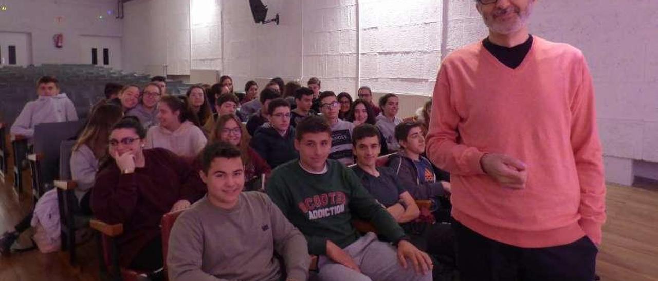 Eloy Tizón, ayer, con los alumnos maliayeses.