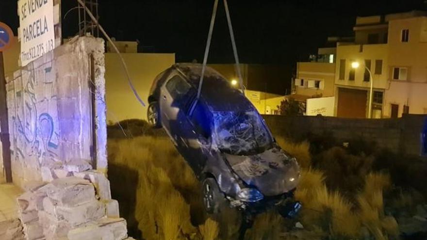 Huyen en un coche, pierden el control y atraviesan un muro en la Cuesta Piedra