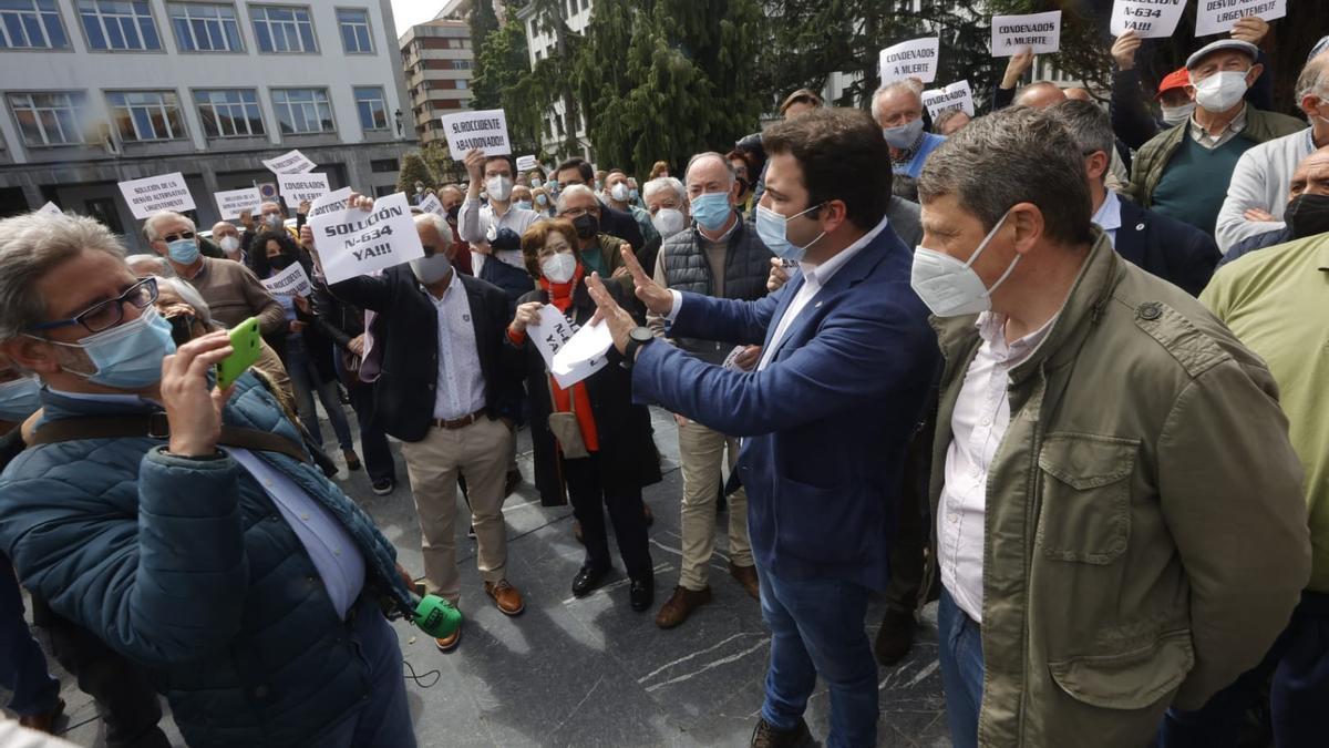 """Caravana-manifestación frente a la Delegación del Gobierno para pedir una solución al """"argayón"""" de Salas"""