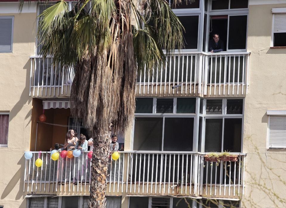 Desde los balcones aplaudiendo los controles de la policía y ejército en Puerto De la Cruz. Coronavirus 30/03/20  | 30/03/2020 | Fotógrafo: María Pisaca Gámez