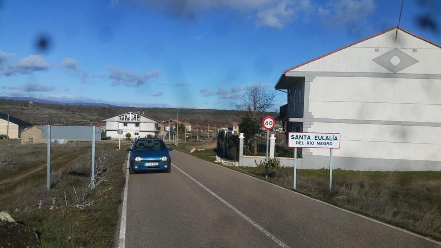 Acceso al municipio de Santa Eulalia de Rionegro.