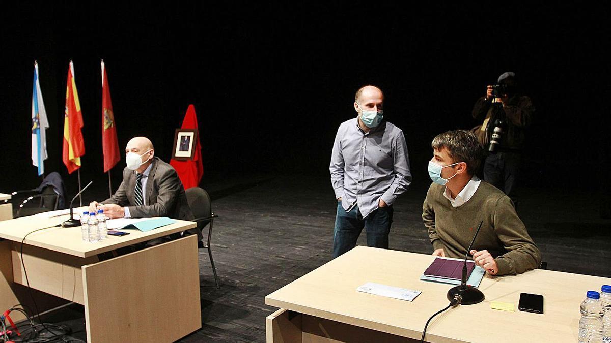 Jácome de pie, en un pleno en el Auditorio con el interventor municipal.     // IÑAKI OSORIO