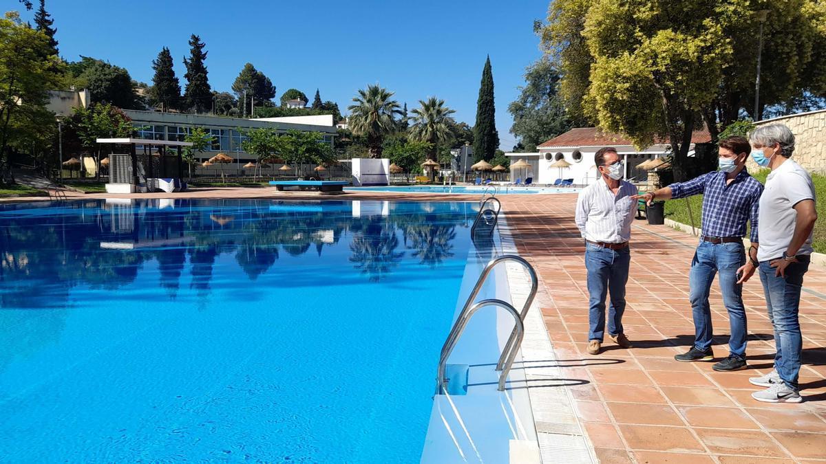 El alcalde de Cabra, durante la visita al complejo de piscinas.