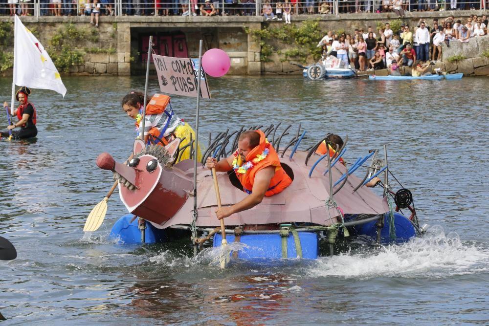 """Un centenar de participantes a bordo de trece """"artefactos flotantes"""" participan en la divertida prueba en A Ramallosa."""