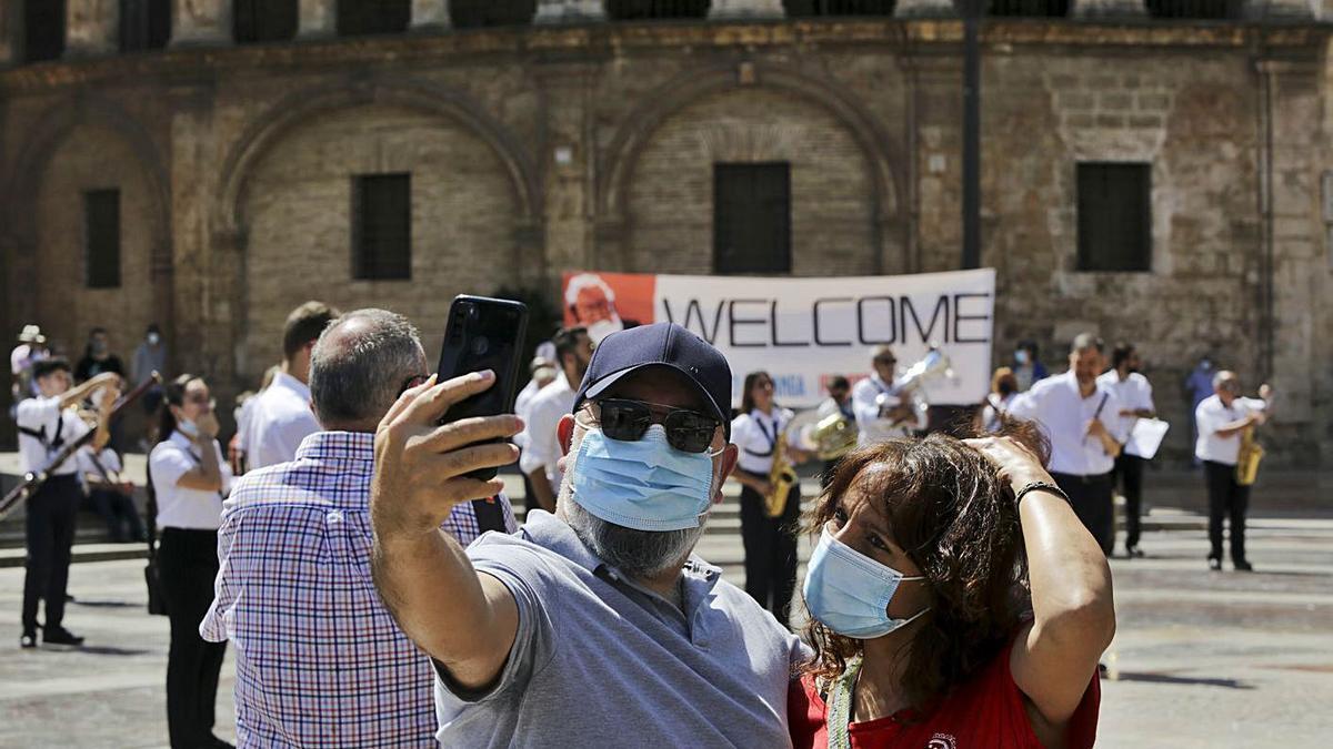 Dos turistas en la Plaza de  la Virgen de València ayer por la mañana. Eduardo Ripoll | LEVANTE-EMV