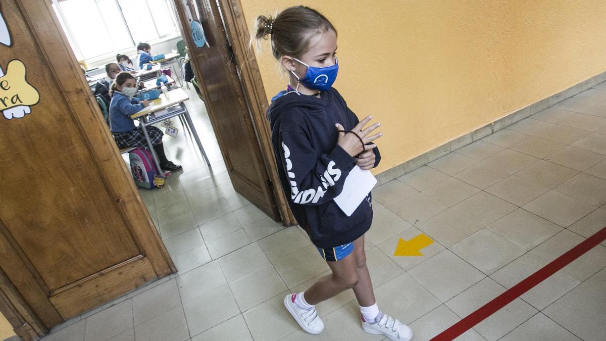 Una alumna con mascarilla en un centro educativo.