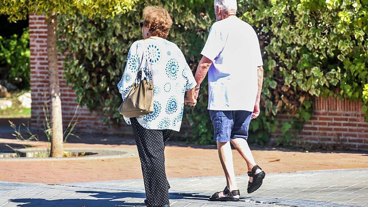 Una pareja de jubilados en la ciudad de València. | E. P.