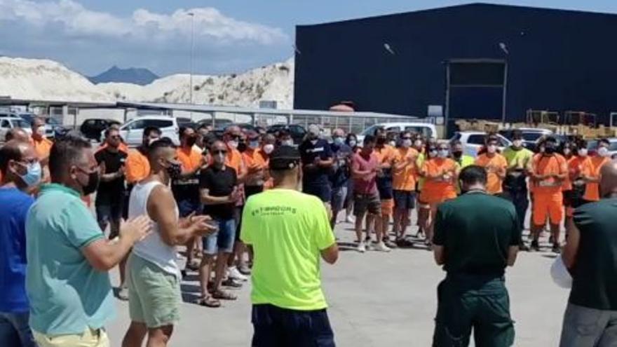 Emotivo agradecimiento de los estibadores de Castelló a la Guardia Civil tras encontrar el cuerpo de David