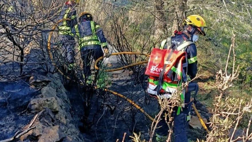 Controlado el incendio forestal en la Serra de Bèrnia, en Llíber