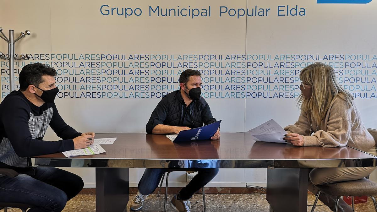 Los concejales populares Alberto García y Lola Francés con el portavoz Fran Muñoz en el centro.