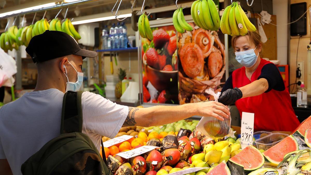 Un ciudadanos compra fruta de temporada.