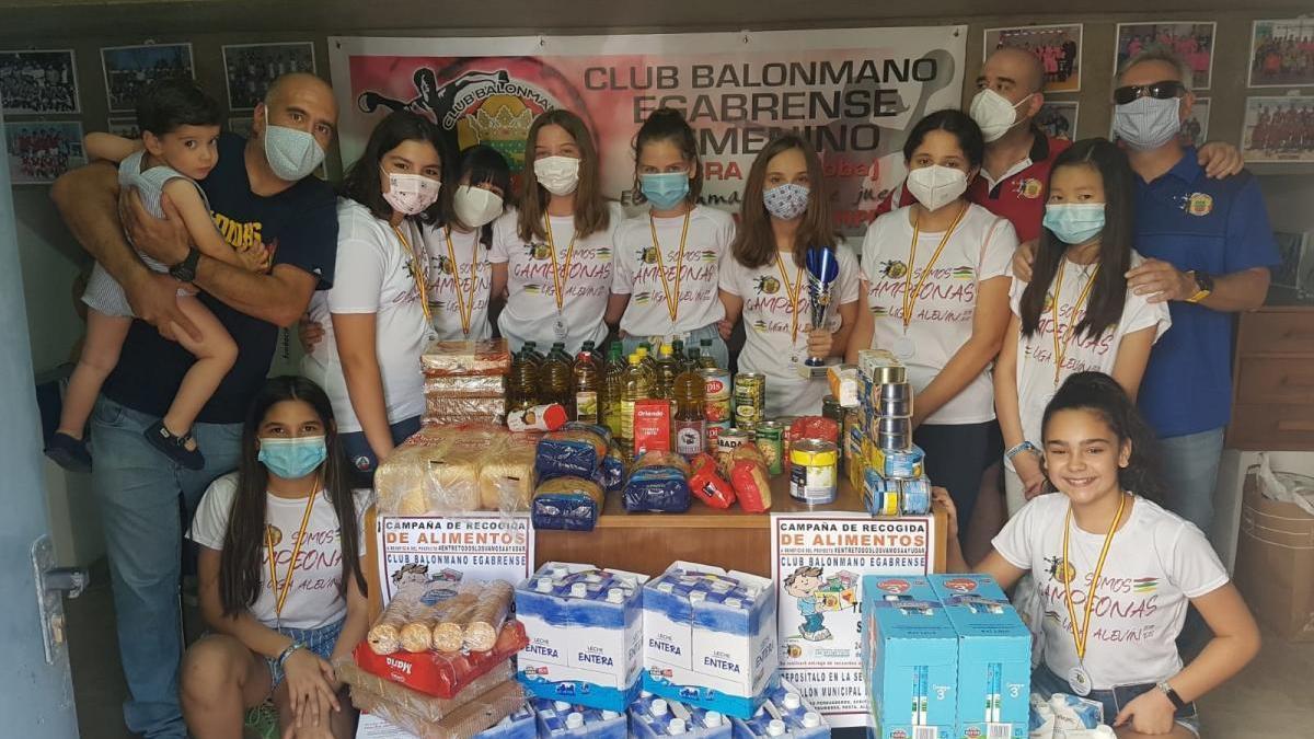 El Club Balonmano Egabrense recoge más de 330 kilos de alimentos para familias vulnerables afectadas por crisis sanitaria