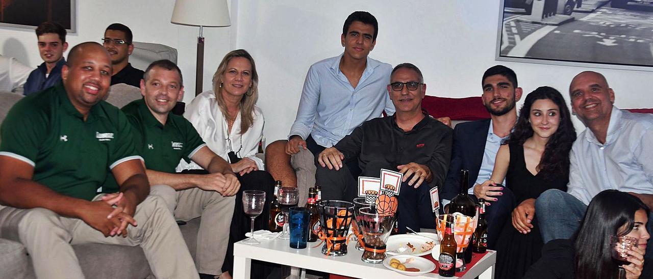 Santi Aldama -tercero por la izquierda-, acompañado por sus entrenadores en Loyola, sus padres, y demás familia y amigos en la madrugada del draft. | | TAVARAS HARDY