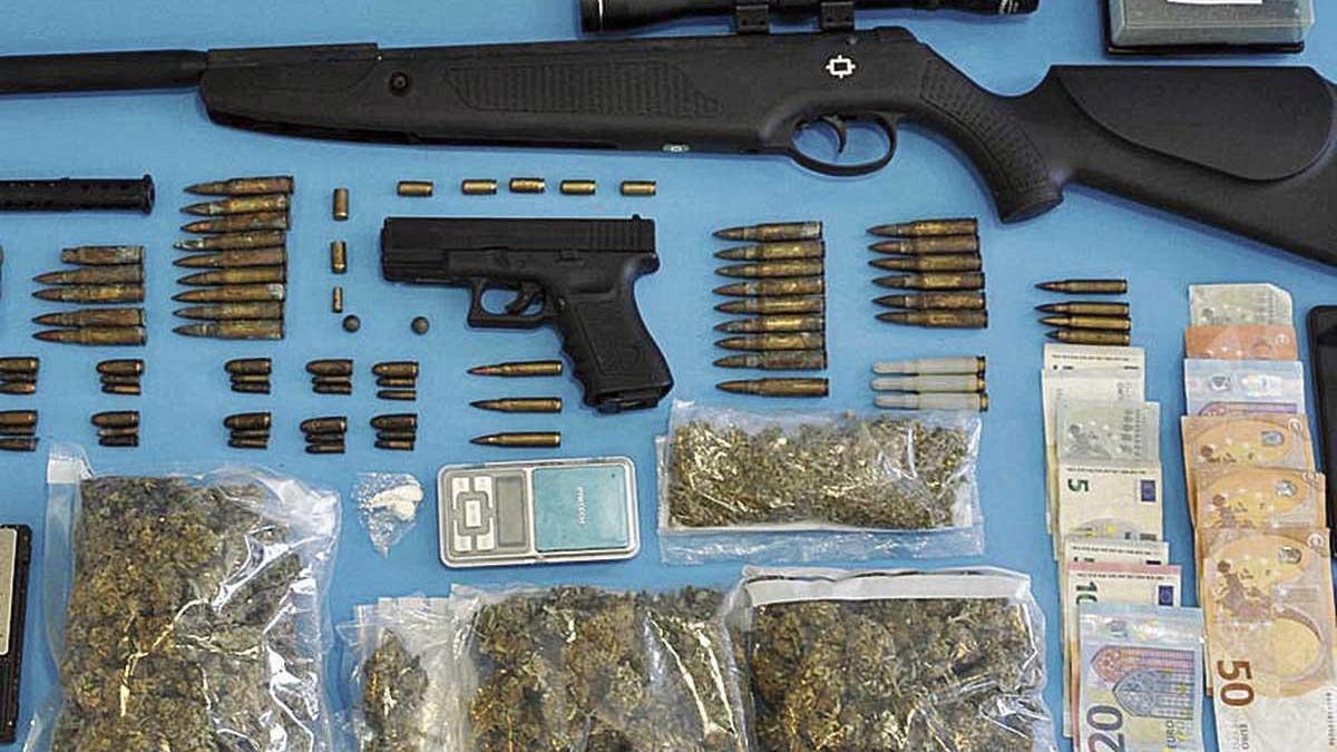 Droga, dinero y armas incautadas a los sospechosos.