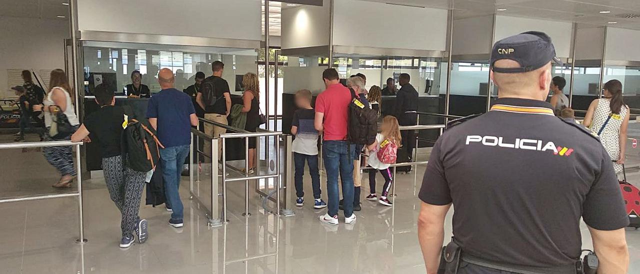 Un agente de la Policía Nacional en el control de pasaportes del aeropuerto de Palma. | CNP