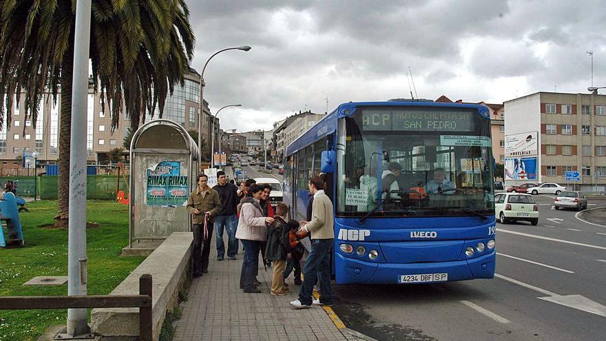 El bus a la playa esperará a la línea de Cambre en A Barcala tras las quejas de los usuarios