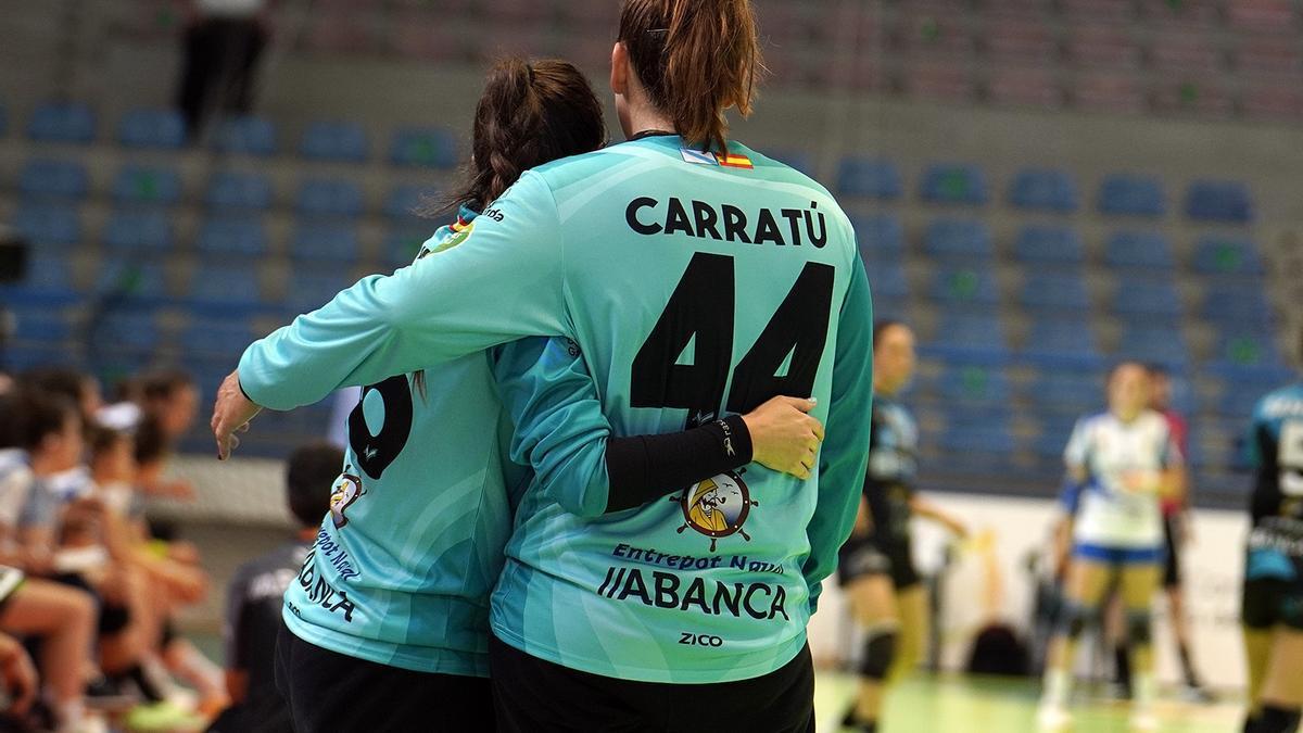 Sempere y Carratú se abrazan en un momento del partido.