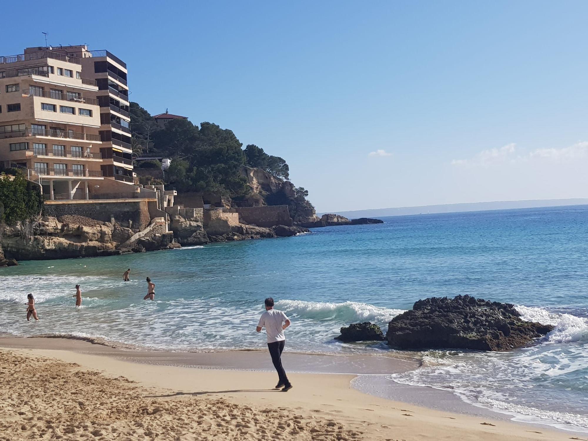 El buen tiempo anima las playas de Palma