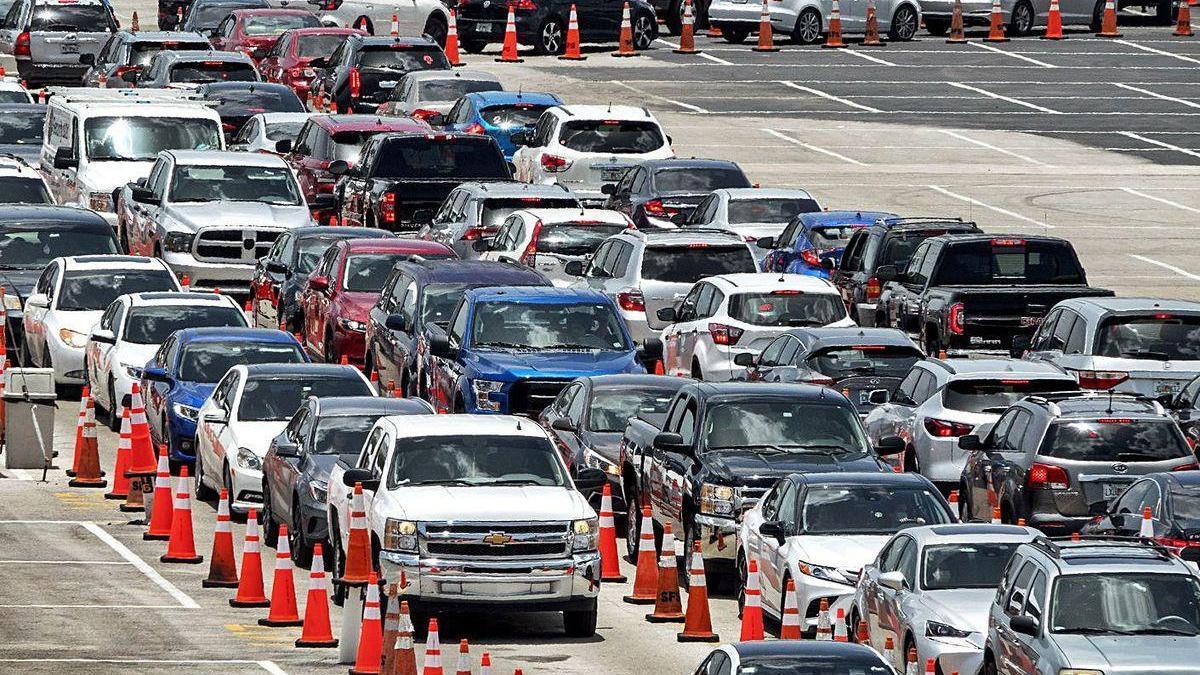 Cientos de estadonidenses hacen cola en sus coches en Miami para hacerse el test del Covid-19.