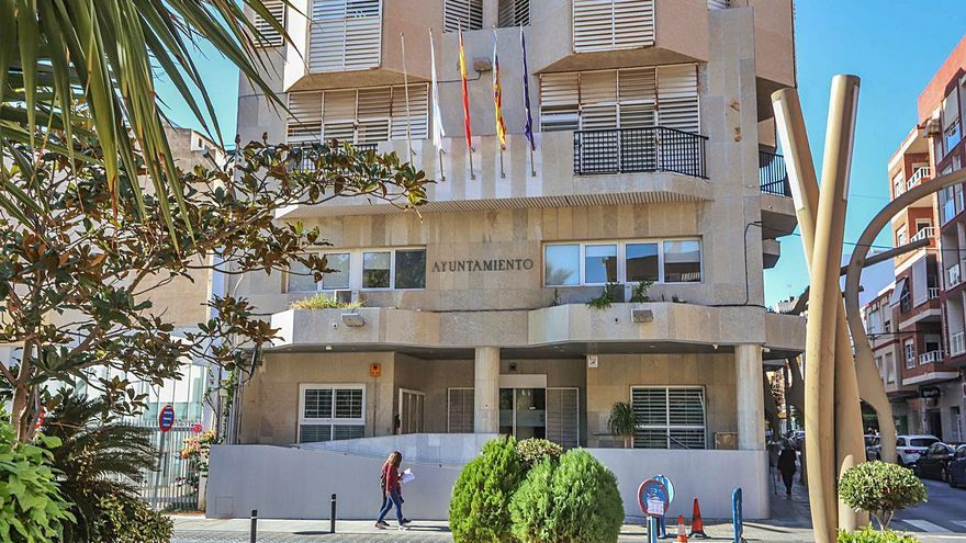 Imagen del acceso al Ayuntamiento de Torrevieja. | TONY SEVILLA