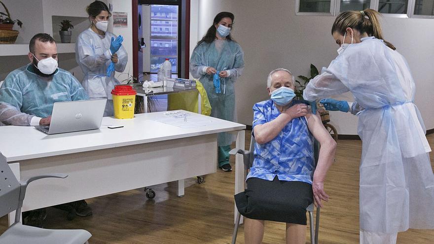 Pepita (y otros casi 200 asturianos) serán inmunes al coronavirus desde mañana: así va a seguir el calendario de vacunación