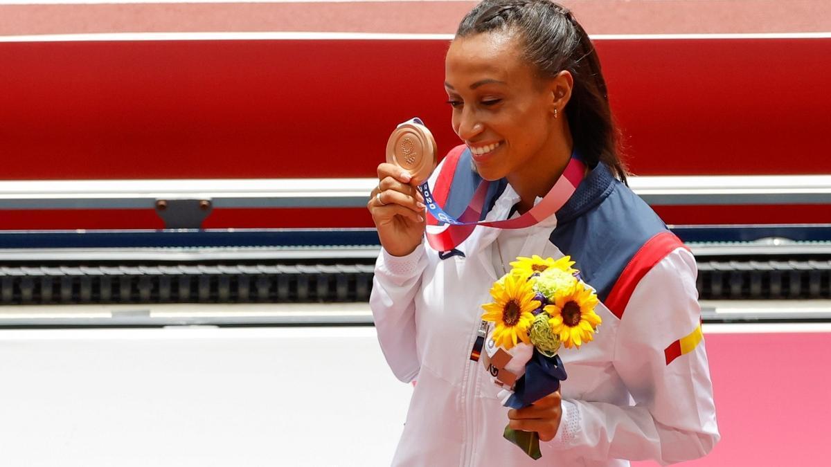 Ana Peleteiro, con la medalla de bronce colgada del cuello