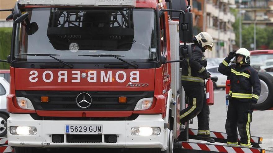 Los bomberos sofocan un fuego en una terraza por un cigarro mal apagado