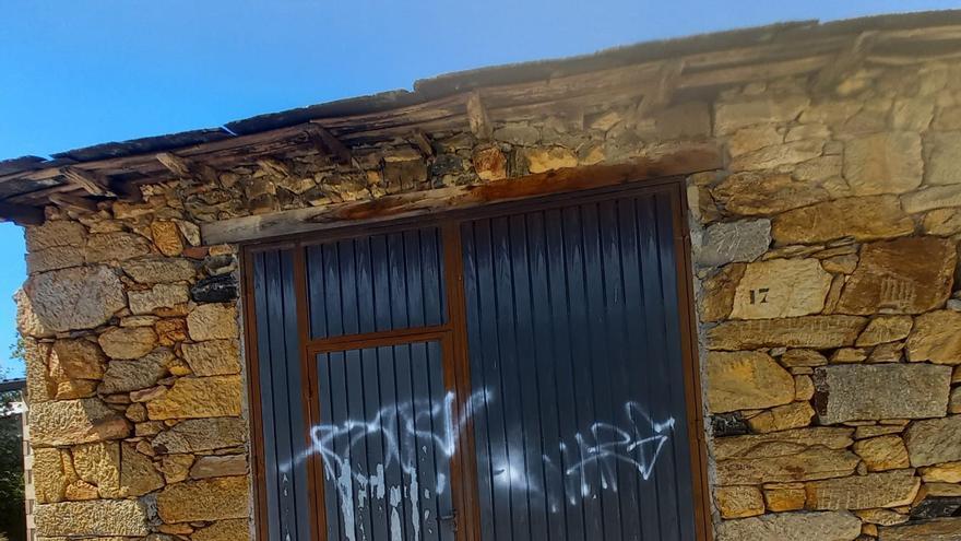 Vecinos Villarejo de la Sierra indignados por la aparición de pintadas