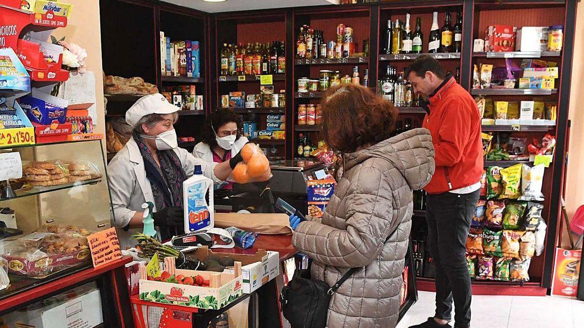 Dos trabajadoras en una pequeña tienda de comestibles en A Coruña.